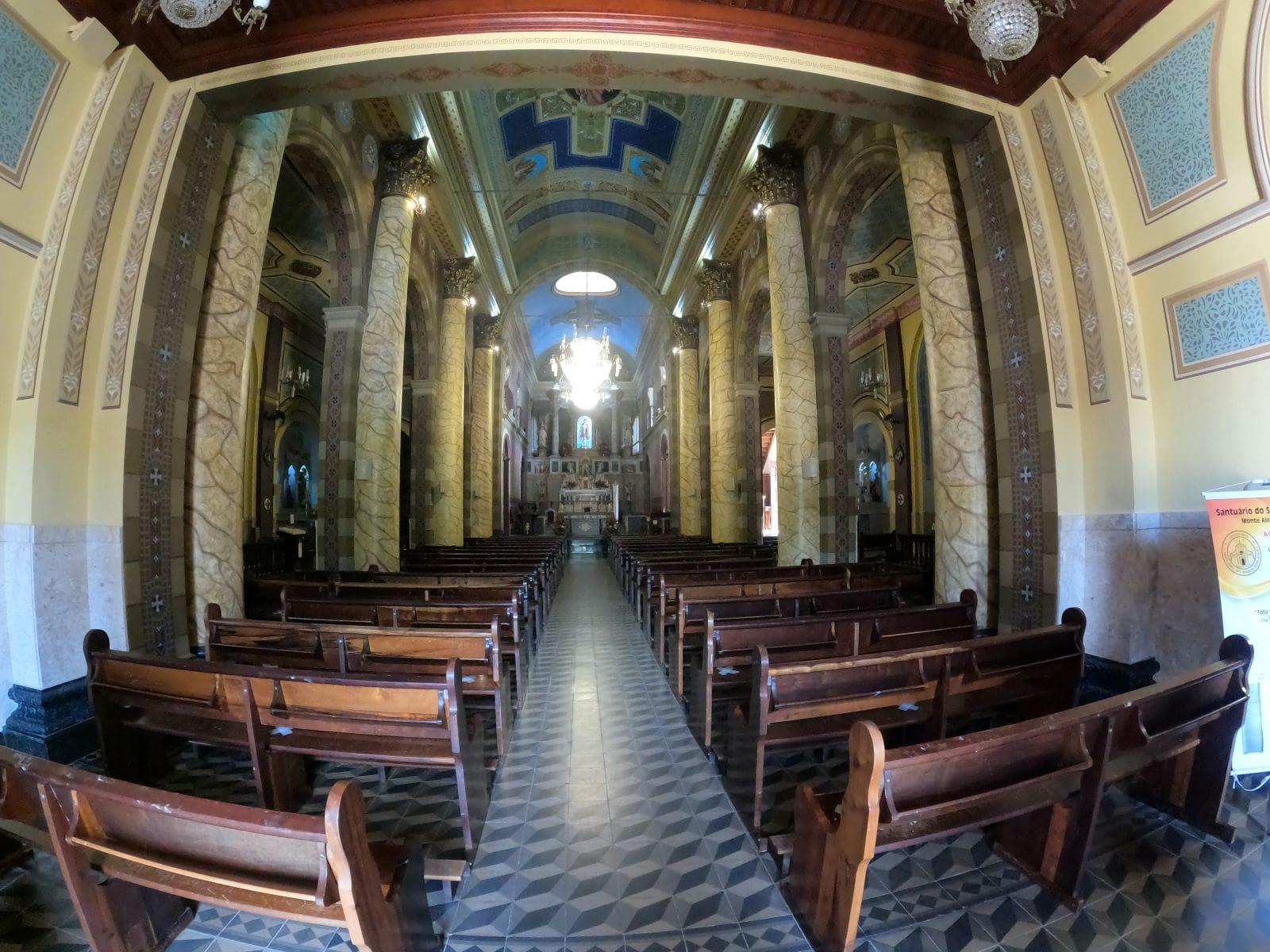 bancos de uma igreja catolica