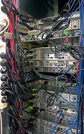 كتلة رف الخادم في مركز البيانات