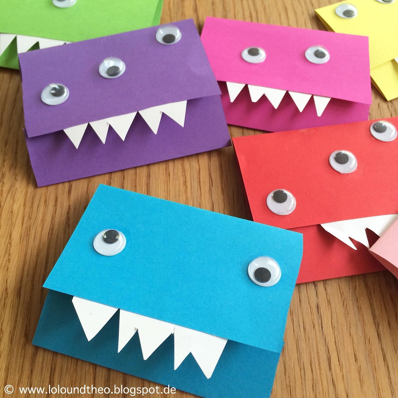 Einladungskarten Mit Kulleraugen Und Zähnen Auf Holztisch
