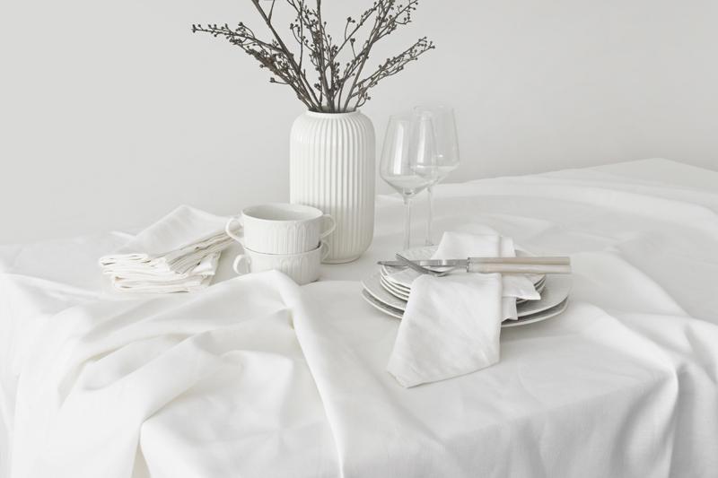 A MINIMAL AND ELEGANT FALL TABLE DECORATED IN TOTAL WHITE // UNA MESA DE OTOÑO MINIMAL Y ELEGANTE DECORADA EN BLANCO