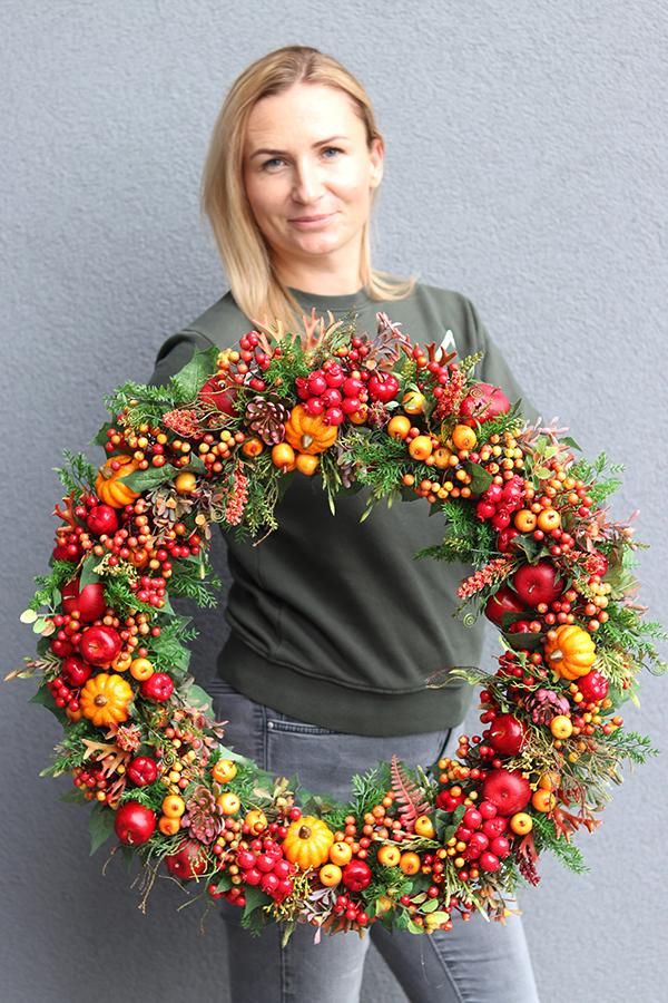 Dekoracje z owoców jesieni - jarzębiny, dyń, dzikiej róży i jabłek