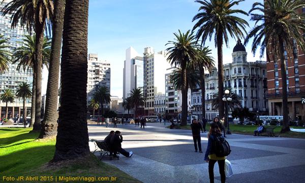 Praça Independência é um ponto para iniciar caminhas e passeios por Montevidéu