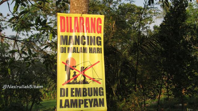 Spanduk peringatan tidak boleh memancing malam hari