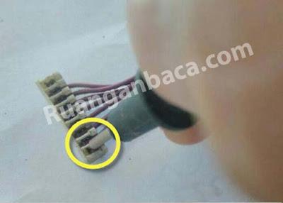 Tekan kabel soket lalu masukkan kabel yang sebelumnya dipotong rata