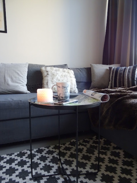 Sisustus, oma koti, olohuone, sohva, syksy, kanelia kahviin, villasukat, kerrospukeutuminen, kynttilät, pehmeät tekstiilit,
