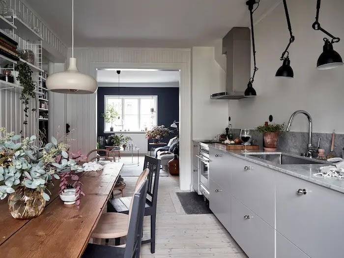 Cocina nórdica con mobiliario blanco y encimera de mármol gris