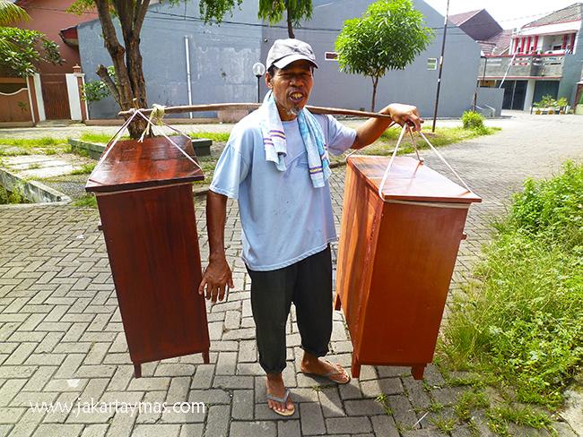 Vendedor de armarios ambulante en Yakarta