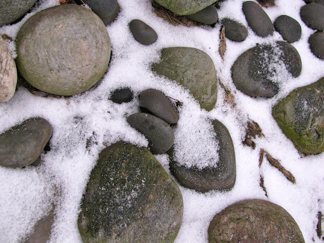 Winter-Rock-Garden-in-Snow