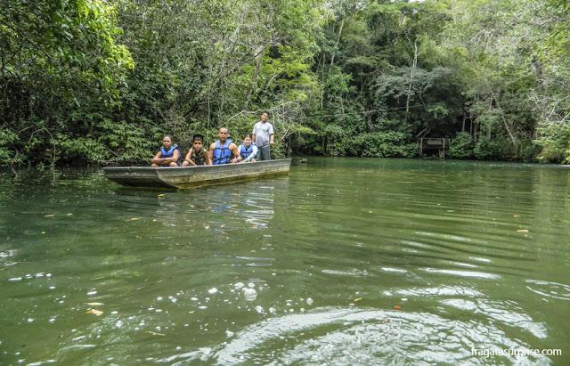 Passeio de barco na Estância Mimosa, em Bonito, Mato Grosso do Sul