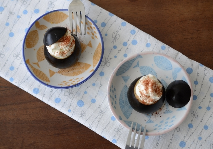 Huevos negros rellenos de brandada