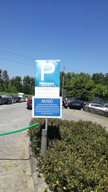 Entrada do parque de estacionamento privado