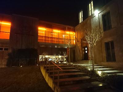 Nachts auf dem Weg zur Fontanetherme. Der Gang zwischen Hotel und Therme ist beleuchtet.