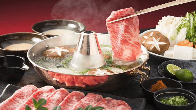Mencelupkan irisan daging tipis ke dalam kuah, begitu cara makan shabu