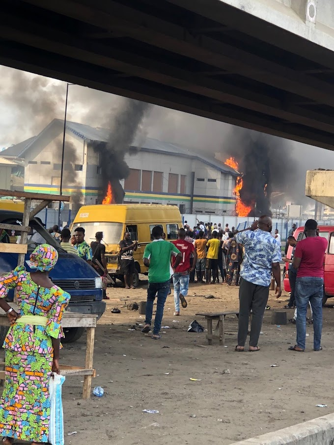 #Endsars : Orile police station burnt down #SideWithNigeria