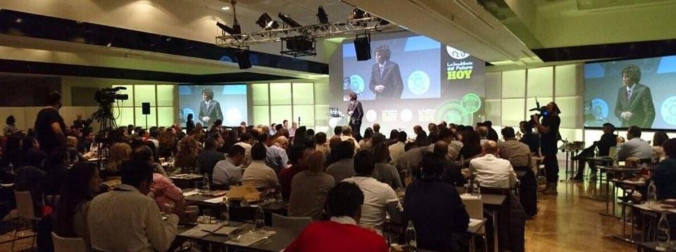 AlbertoEsFeliz presentando un congreso