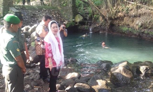 Titiek Soeharto meninjau langsung kolam pemandian alami Blue Lagoon