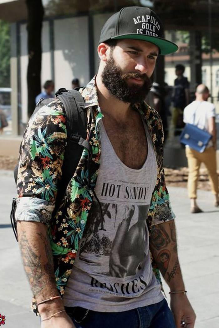 Homem de barba usando camisa floral masculina como sobreposição com uma regata branca