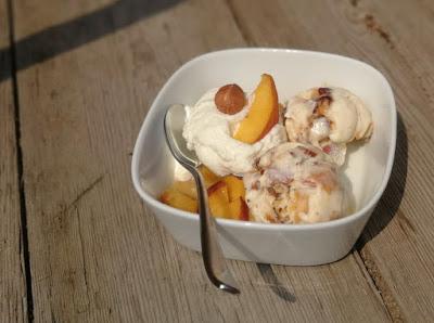 Pfirsich-Eis mit Southern Comfort und Haselnuss-Crunch