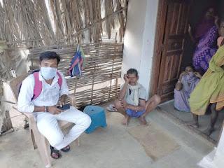 नीलेश बघेल घर-घर जाकर गरीबों के खाते से अंगूठा लगाकर जनता को लगा रहा चुना