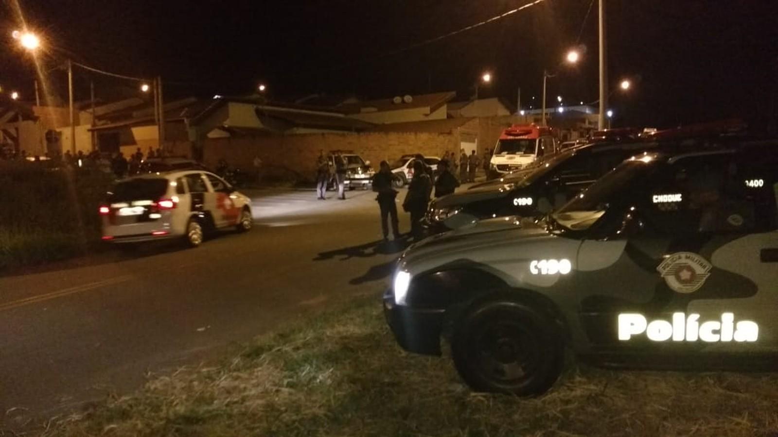 Homem armado faz mãe e filha reféns, mata mulher e se mata, em Itapira