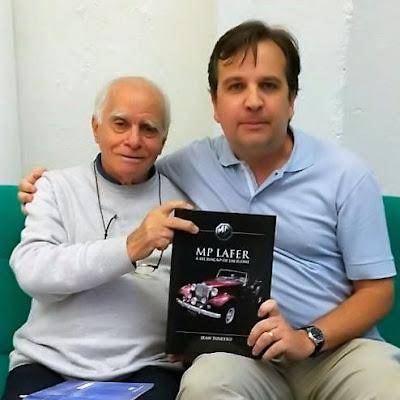 O escritor Ignácio de Loyola Brandão ao lado de um fã. (Foto: Doni Grandini)