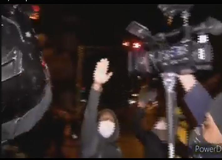 Un manifestante grita consignas contra los reporteros que cubren incidentes en las puertas del TSE, la noche del sábado 8 de agosto / RRSS