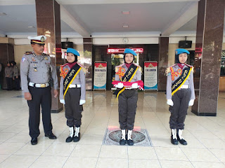 Bocah SD Bertugas Pengibar Bendera Merah Putih di Polres, Kodim, Batayon dan Pemkab