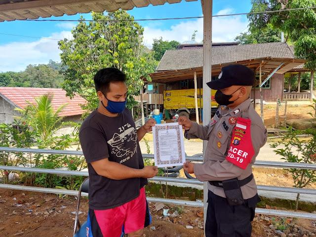 Brigpol King Cau Sosialisasikan Maklumat Kapolda Kalteng di Desa Binaannya