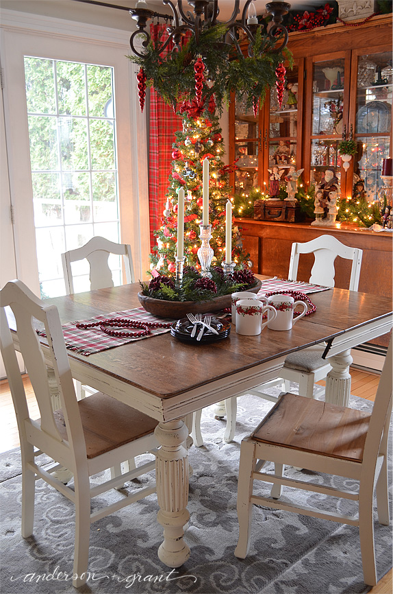 Dining room decorated for Christmas #HomefortheHolidays | www.andersonandgrant.com
