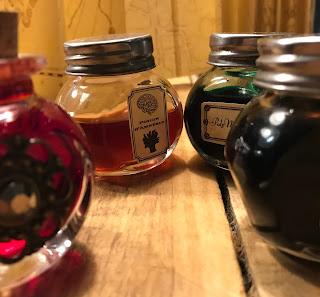 flacons en verre décorer d'étiquettes anciennes pour un anniversaire Harry Potter