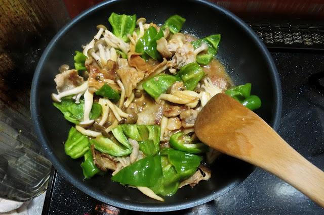 しめじがしんなりし始めたら【調味料】を加え、煮汁が少なくなるまで炒め合わせたら完成です。