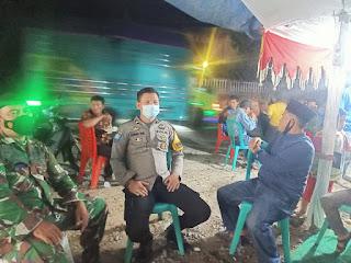 Periksa Kesiapan, Bhabinkamtibmas Polsek Enrekang dan Babinsa Cek Ketersediaan Media Prokes di Lokasi Hajatan