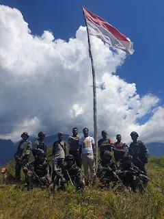 Peringati HUT RI ke-76,TNI bersinergi dengan POLRI dan Tokoh Masyarakat Napak Tilas diPuncak Tertinggi Distrik Kanggime.
