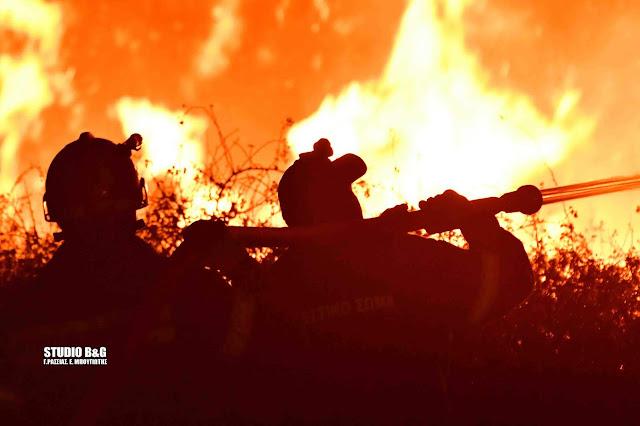 Υπεράνθρωπες προσπάθειες των πυροσβεστών για τον έλεγχο της πυρκαγιάς στους Μύλους (βίντεο)