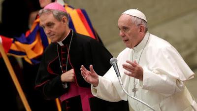 """Homens com 'tendências homossexuais """"não podem se tornar padres, diz Igreja Católica"""