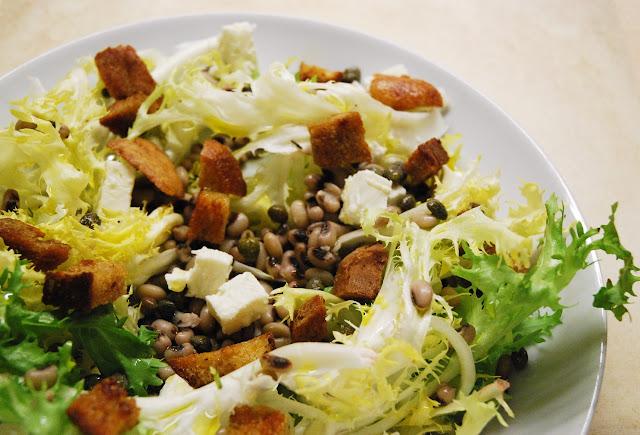 Salade frisée aux haricots, feta et croûtons