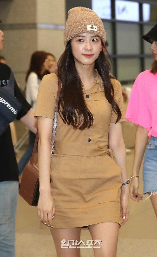Jisoo havaalanında monokrom giyindi