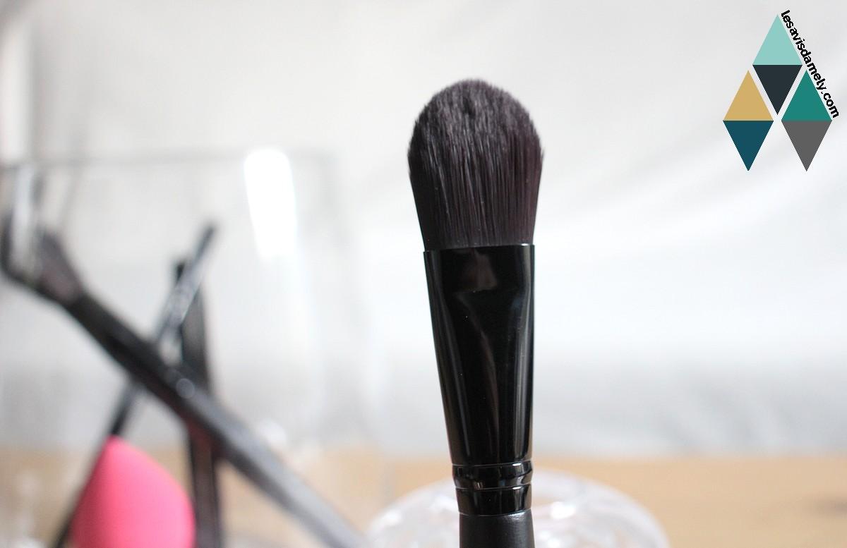 revue beauté pinceau maquillage fond de teint contouring
