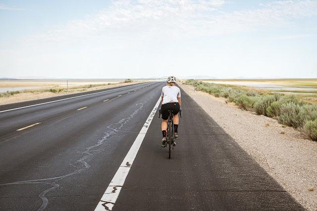 Ciclista de bicicleta em rodovia - Foto: Brent Olson / Pixabay