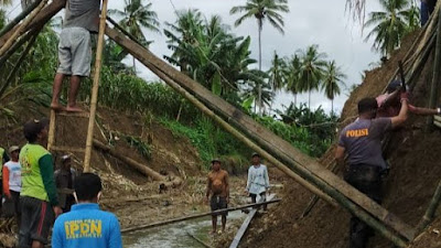 Jembatan di Desa Lapaukke Putus, Camat Pammana Turun Langsung