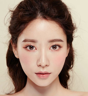 One of the characteristics of Korean makeup is natural and not excessive. You can look beautiful with minimal makeup for everyday or formal travel.