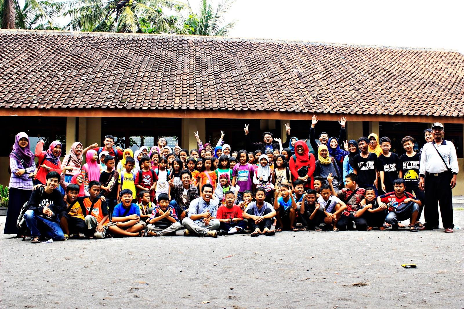 foto bersama sekolah berjalan book for mountain sd sribit bambanglipuro bantul