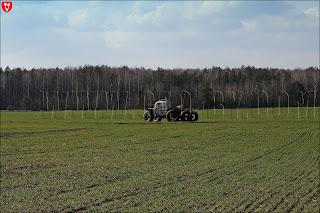 Трактор у деревни Набережная Ляховичского района