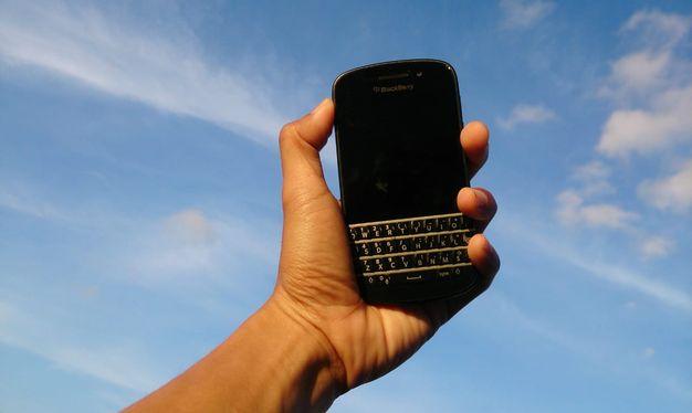 Menulis-mengetik-lewat-hp-smartphone-handphone-tulisan-baik-sukses