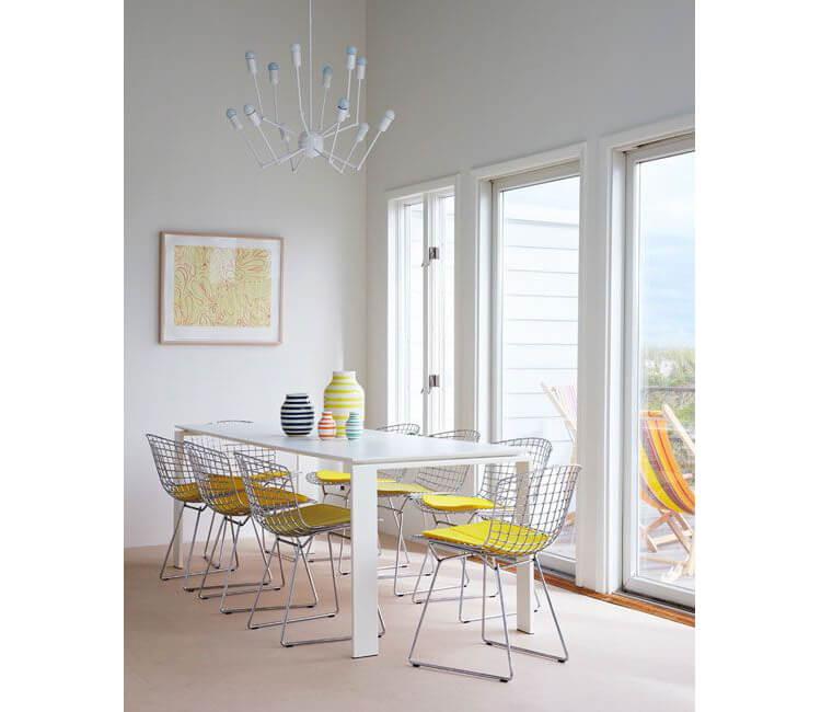 Arredare casa con sedie con seduta gialla in un ambiente in cui predomina il bianco