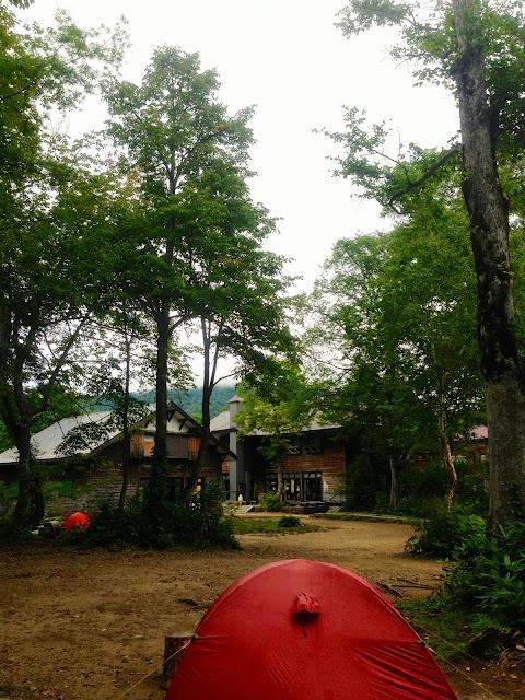 赤いテントが点在する山ノ鼻キャンプ場
