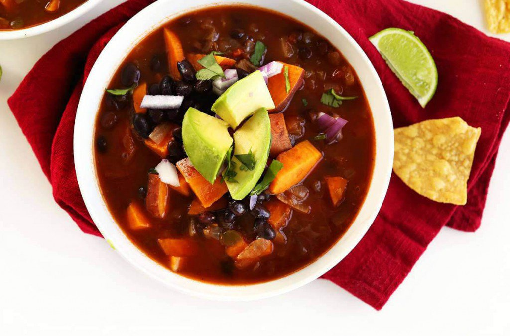 16 Vegan One-Pot Recipes If Your Are Considering Cutting Animals Out Of Your Diet - 5 Ingredient Black Bean Chilli