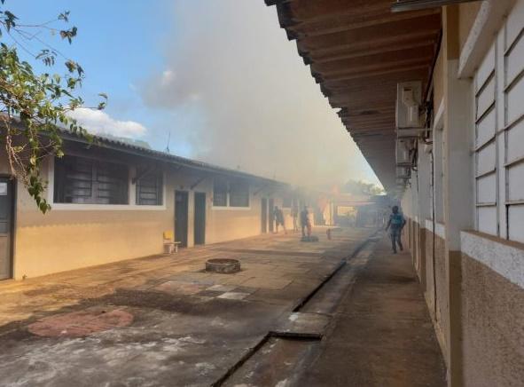 Incêndio destrói pavilhão de escola em Cacoal