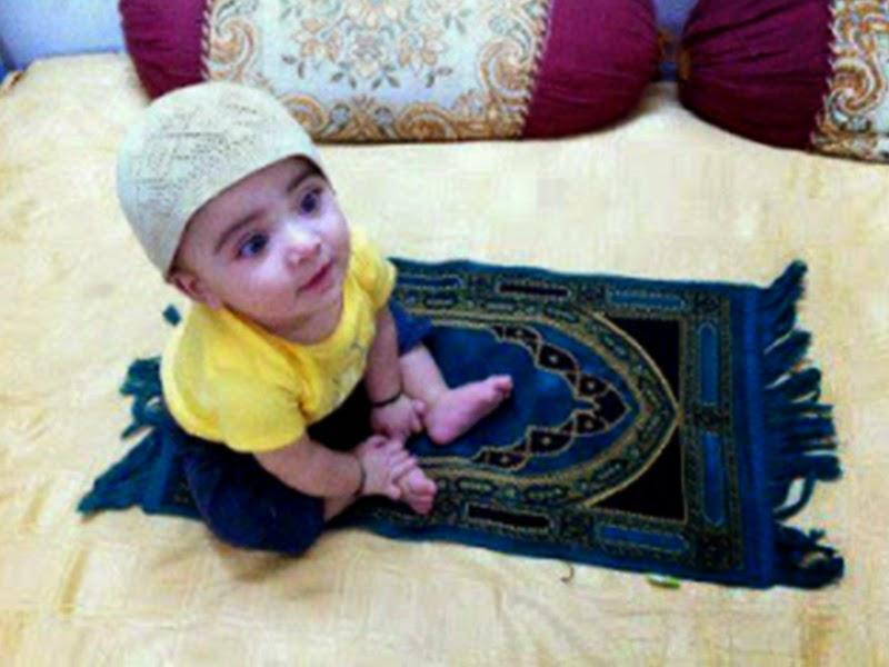 Foto bayi lucu shalat