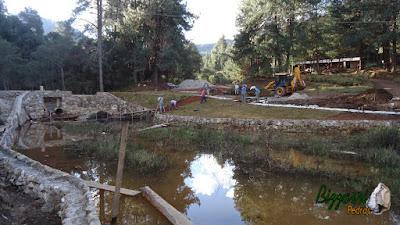 Construção de lago em Campos do Jordão-SP com muros de pedra rústica com a execução do caminho de pedra rústica e a execução do paisagismo.